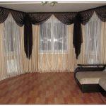 Изящные шторы на эркерные окна являются незаменимым элементом декора гостиных старой планировки и в современных элитных квартирах