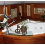Обустраиваем ванну в деревянном доме: порядок монтажа полов и отделки стен
