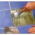 Отвалилась плитка в ванной — чем ее приклеить?