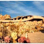 Сливаясь со скалами: каменный дом the desert house