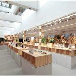 Оформление интерьера с изюминкой: деревянные ящики как демонстрационные стенды