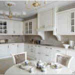 Светлая цветовая гамма в оформлении кухни в классическом стиле