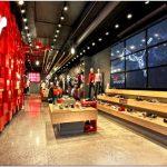 Яркое дизайнерское оформление флагмана puma soho store от colkitt #038; co и plajer #038; franz, нью-йорк, сша