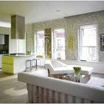 Стильный дизайн интерьера гостиной лофт-апартаментов в историческом здании