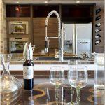 Очаровательный подвал для дегустации вин и милая кухня adega gourmet — объединяющая простота от teresa gouveia в проекте casa cor trio