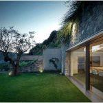 Смелый дизайн-проект частного дома внутри холма