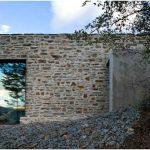 Очаровательный загородный дом из камня и дерева в окружении горных вершин