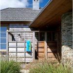Необработанная древесина в облицовке зданий: дизайн в согласии с природой