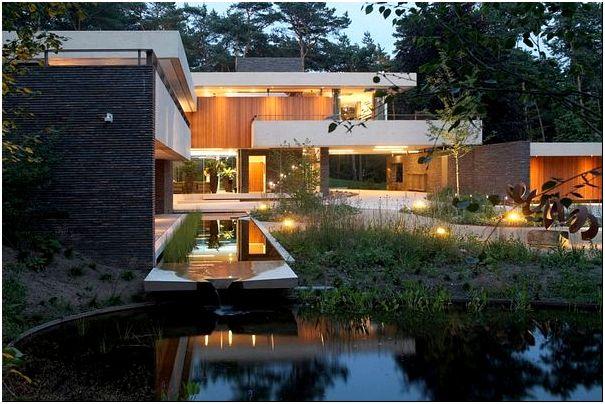 Вечернее освещение дома и водоем