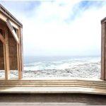 Одинокий маяк на гребне крутого холма: пляжный домик la baronia от nicolas del rio и maxnunez на берегу тихого океана, кинтеро, чили