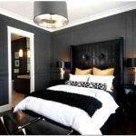 Смелые черные и белые спальни с яркими пятнами цвета