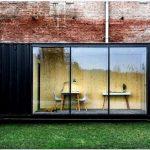 Поразительно компактный и практичный дом в чёрном контейнере.