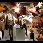 Оригинальная арт-инсталляция «осенние листья» в магазине одежды house of fraser