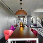 Монохромный дизайн гостиной апартаментов chorus