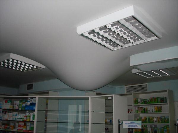 Как узнать есть ли вода на натяжном потолке и как ее убрать?