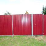 Профнастил и его применение для ворот в загородном доме